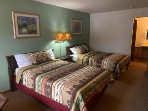 A bed or beds in a room at Hidden Lake Resort