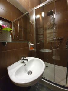 A bathroom at Pensjonat Leśniczówka