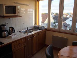 Cuisine ou kitchenette dans l'établissement Gîtes en Normandie en Front de Mer Asnelles
