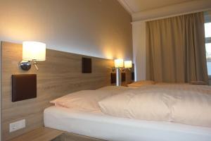"""Ein Bett oder Betten in einem Zimmer der Unterkunft Gasthof & Restaurant """"Am Kreuz"""""""