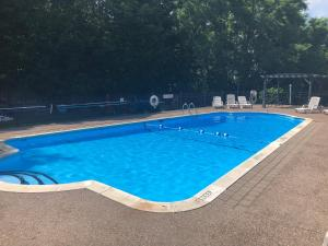 The swimming pool at or close to West Winds Motel & Cottages