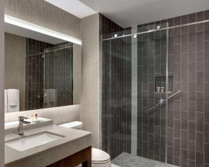 A bathroom at Hyatt Place Las Vegas at Silverton Village