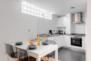 A kitchen or kitchenette at Apartamentos Globus by Be Alicante