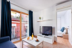 A television and/or entertainment center at Apartamentos Globus by Be Alicante