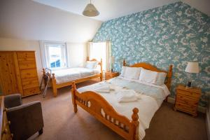 A bed or beds in a room at Smithfield Hotel