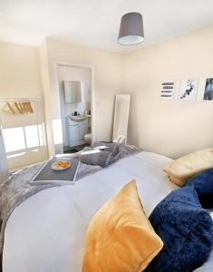 A bed or beds in a room at Emerald House