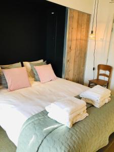 A bed or beds in a room at 'Room Eleven' aan de Vecht