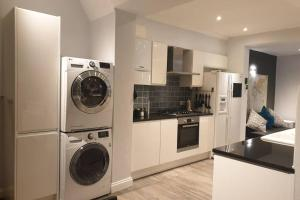 A kitchen or kitchenette at Spacious 2 bed in gated community up to 6 guests
