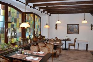 Ein Restaurant oder anderes Speiselokal in der Unterkunft Hotel Kölner Hof Garni - Eifel