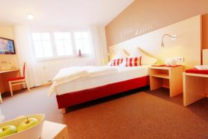 Ein Bett oder Betten in einem Zimmer der Unterkunft Klozbücher - Das Landhotel