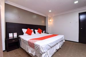 Cama ou camas em um quarto em OYO 411 Moon Hotel