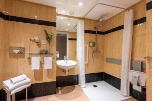 Een badkamer bij Hotel San Sebastián Orly, Affiliated by Meliá