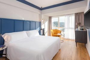 Een bed of bedden in een kamer bij Hotel San Sebastián Orly, Affiliated by Meliá