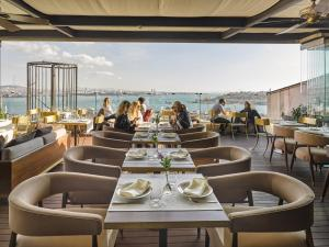 A restaurant or other place to eat at Georges Hotel Galata