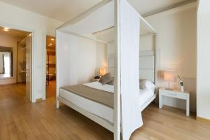 A bed or beds in a room at Principe Di Lazise - Wellness Hotel & Spa