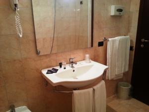 A bathroom at Grand Hotel Dei Cesari