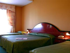 A bed or beds in a room at Grand Hotel Dei Cesari
