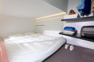 A bed or beds in a room at CityHub Rotterdam