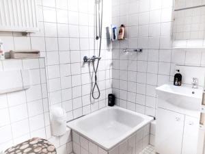A bathroom at A&S Ferienwohnungen Roonstraße