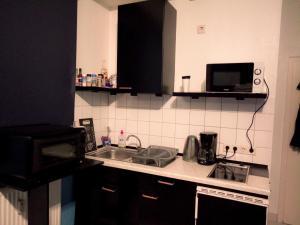 A kitchen or kitchenette at A&S Ferienwohnungen Roonstraße
