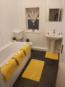 A bathroom at The Vale Apart Hotel