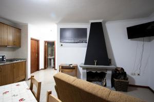 Uma televisão e/ou sistema de entretenimento em Casas do Flor