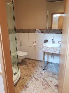 A bathroom at Weingut und Gästehaus Henrici
