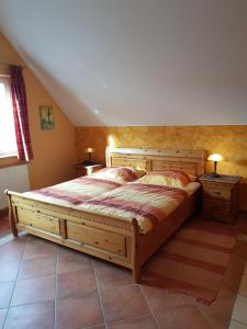 A bed or beds in a room at Weingut und Gästehaus Henrici