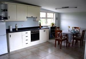 A kitchen or kitchenette at Tuck Mill Cottage