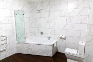A bathroom at The City Rooms