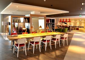 The lounge or bar area at Holiday Inn Express Amsterdam Arena Towers, an IHG Hotel
