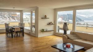 Ein Sitzbereich in der Unterkunft Local-Apartments Pilatus Penthouse