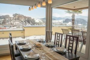 Ein Restaurant oder anderes Speiselokal in der Unterkunft Local-Apartments Pilatus Penthouse