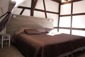 Un pat sau paturi într-o cameră la Appartement les Violettes