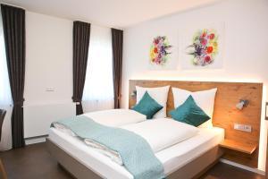 Ein Bett oder Betten in einem Zimmer der Unterkunft Gasthof Adler Inneringen