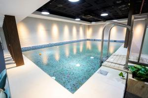 A piscina localizada em Vivian Park Hotel Suites ou nos arredores