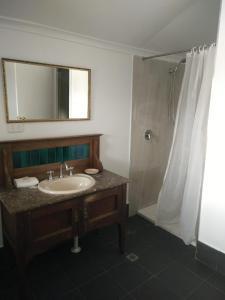 A bathroom at Ithaca 1896 Manor