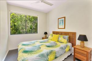 A bed or beds in a room at Baden 46 - Rainbow Shores, Walk To Beach, Top Floor, Air conditioned Unit, Pools