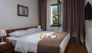 A bed or beds in a room at Premium Apartments Srebreno