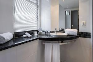 A bathroom at Holiday Inn Express Cape Town City Centre, an IHG Hotel