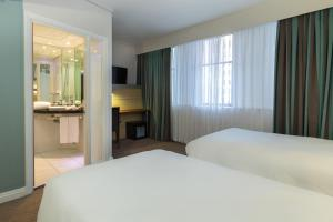 A bed or beds in a room at Holiday Inn Express Cape Town City Centre, an IHG Hotel