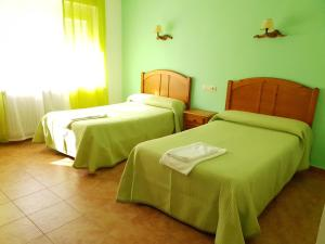 A bed or beds in a room at Hostal Río Mundo