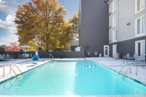 The swimming pool at or close to La Quinta by Wyndham Atlanta Airport South