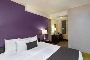 A bed or beds in a room at La Quinta by Wyndham New York City Central Park