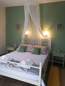Letto o letti in una camera di Vrohaki Studios & Rooms