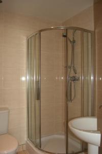 A bathroom at Clifton Lodge Hotel