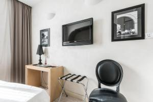 A television and/or entertainment center at Smart Hotel Pincio