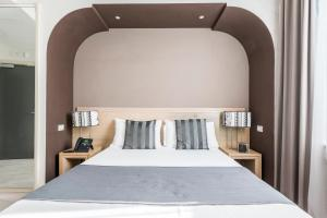 A bed or beds in a room at Smart Hotel Pincio