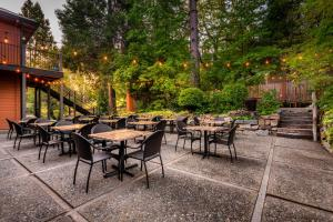 A restaurant or other place to eat at The Groveland Hotel