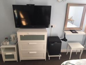 A television and/or entertainment centre at Brierley Guesthouse